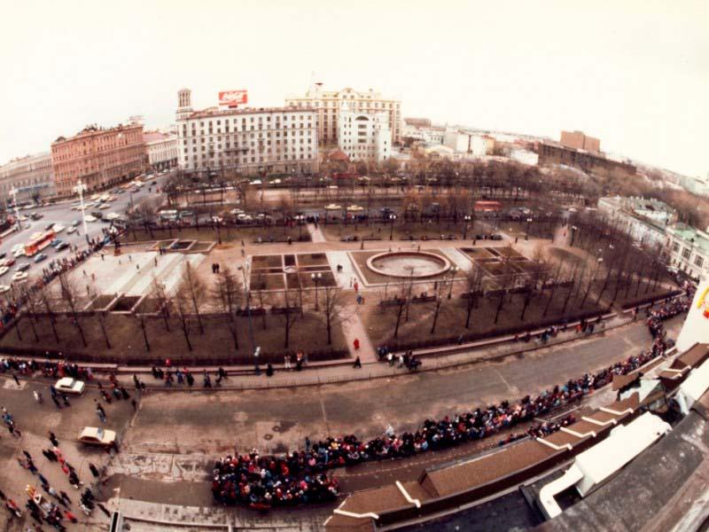 Очередь в первый Макдональдс который открылся в Москве